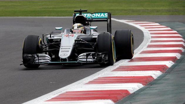 Brit Lewis Hamilton během tréninku před Velkou cenou Mexika.