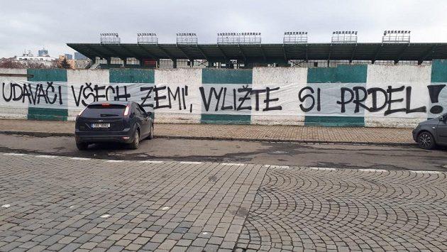 """Vzkaz fanoušků Bohemians 1905 z """"tribuny štafle"""" na zdi Ďolíčku."""