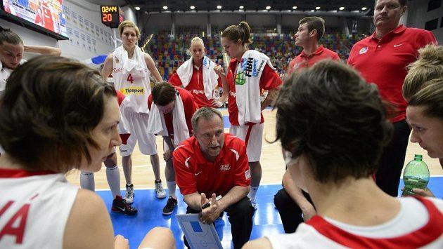 Trenér české basketbalové reprezentace Lubor Blažek udílí pokyny svým svěřenkyním v zápase s Běloruskem.