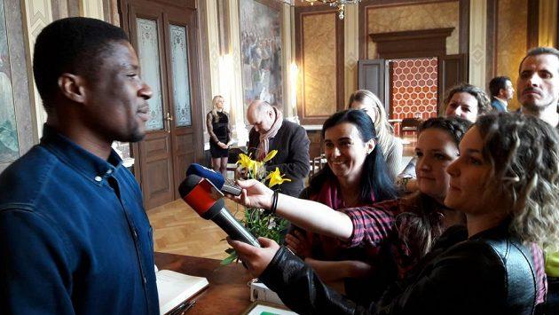 Francis Koné na radnici v Uherském Hradišti.