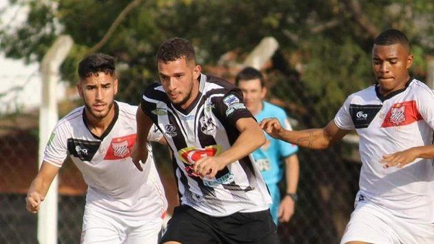 Brazilský fotbalista Kaio Felipe (uprostřed) zemřel po zásahu elektrickým proudem. Archivní foto