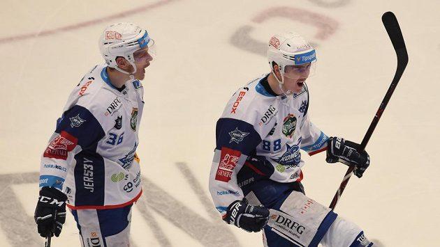 Hokejisté Komety Martin Nečas (vpravo) s Jakubem Krejčíkem (vlevo) se, stejně jako třinecký David Musil, připojí k reprezentaci už před Švédskými hrami.