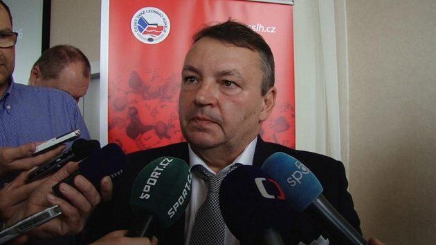 Znovu zvolený předseda Českého svazu ledního hokeje Tomáš Král odpovídá novinářům na dotazy.