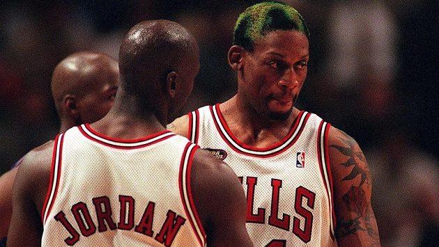 Basketbalista Dennis Rodman v dobách své největší slávy v dresu Chicaga Bulls s hvězdným Michaelem Jordanem.