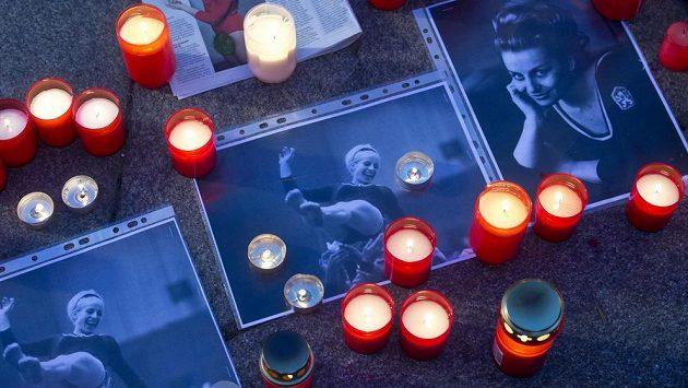 Od pátku bude moci veřejnost uctít památku legendární sportovní gymnastky Věry Čáslavské na pietním místě na piazzetě Národního divadla v Praze.