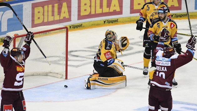 Hokejisté Sparty se radují z prvního gólu proti Litvínovu.