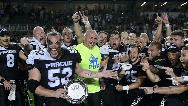 Tým Prague Black Panthers slaví vítězství v lize.