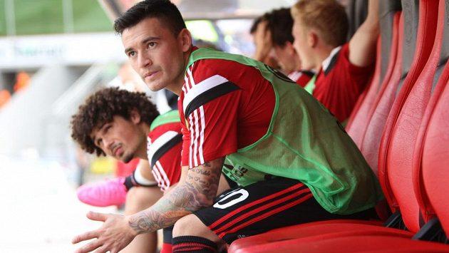 Charles Aránguiz přišel jako velká posila, minimálně na podzim si však v Leverkusenu nekopne.
