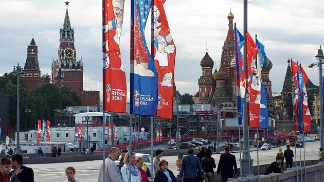 Kreml a chrám Vasila Blaženého v Moskvě. I v okolí památek poznáte, že se blíží mistrovství světa.