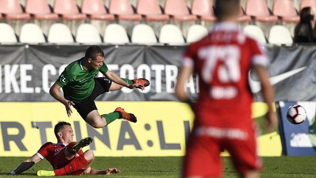 Matěj Polidar z 1. FK Příbram letí vzduchem po souboji s brněnským Damiánem Barišem ze Zbrojovky Brno v odvetném utkání baráže o účast v první fotbalové lize.
