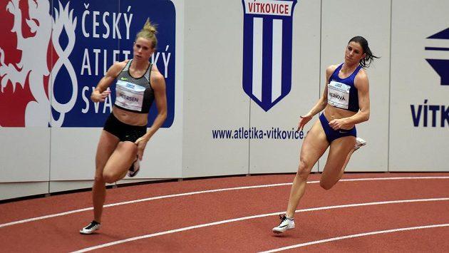 Zuzana Hejnová (vpravo) a Sara Petersenová z Dánska na čtvrtce při mítinku v Ostravě.
