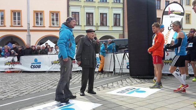 Na startu ČSOB Maratonu Hradec Králové s pistolí stál legendární Jiří Soukup.