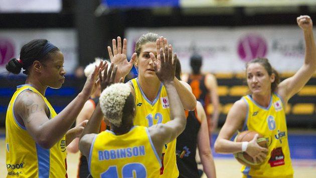 Basketbalistky USK (zleva) Kia Vaughnová, Danielle Robinsonová, Milka Bjelicová a Laia Palauová se na archivním snímku radují z vítězství.