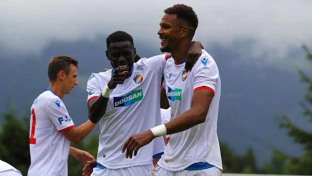 Fotbalisté Plzně (zleva Falta, N'Diaye a Beauguel) se radují z gólu do sítě ruské Tuly v přípravném duelu na soustředění v Rakousku.