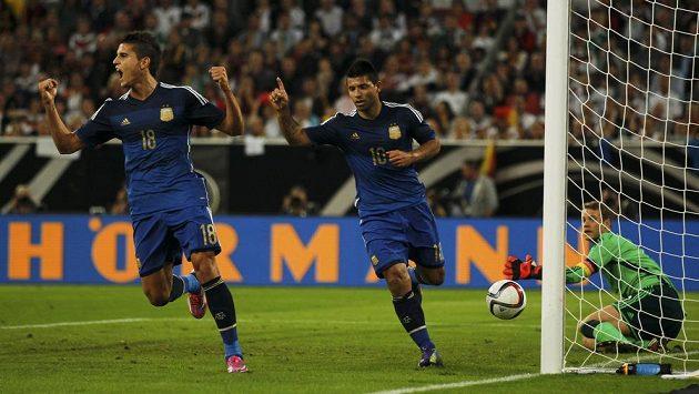 Argentinský záložník Erik Lamela (vlevo) se raduje s útočníkem Agüerem z gólu proti Německu.