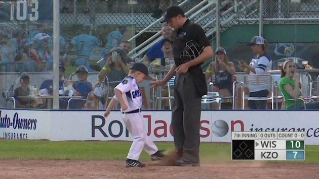 Malý trenér baseballistů zuřil na hřišti.