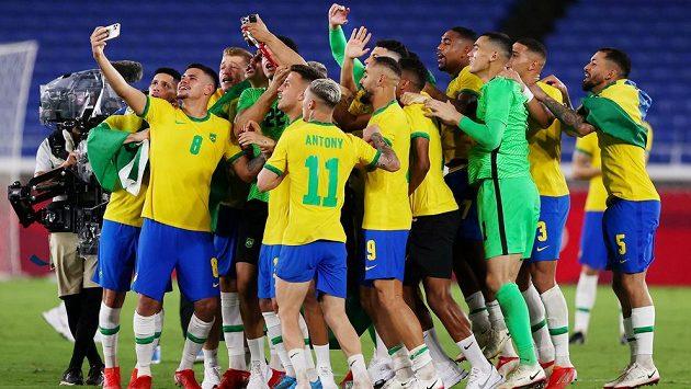 Zlatá radost. Brazilští fotbalisté obhájili zlaté olympijské medaile. Ve finále turnaje na hrách v Tokiu porazili Španělsko 2:1 po prodloužení gólem střídajícího Malcoma ze 109. minuty.