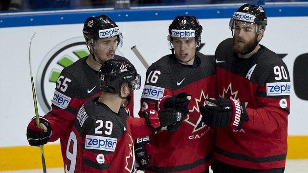 Kanadští hráči (zleva) Mark Scheifele, Nate Mackinnon, Mitch Marner a Ryan O'Reilly z Kanady se radují z gólu.