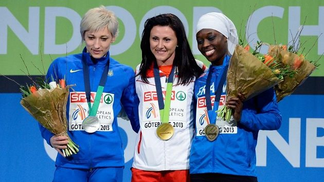 Bulharská sprinterka Tezdžan Naimovová (uprostřed) slaví svůj triumf v běhu na 60 m na halovém ME v Göteborgu, vlevo stříbrná Ukrajinka Marija Rjemjeňová, vpravo bronzová Myriam Soumaréová z Francie.