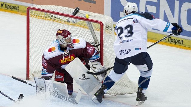 Brankář Sparty Praha Sami Aittokallio při zákroku proti plzeňskému Petru Strakovi. Střela se nakonec zakutálela do branky.
