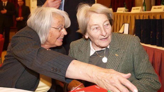 Olga Fikotová-Connolly (vlevo) při setkání s Danou Zátopkovou v roce 2008.