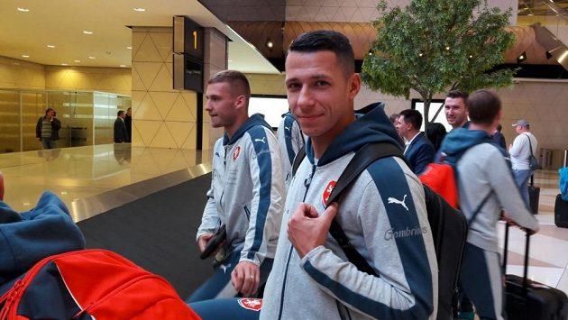 Čeští fotbaloví reprezentanti Marek Suchý a Pavel Kadeřábek (vlevo) na letišti v Baku.