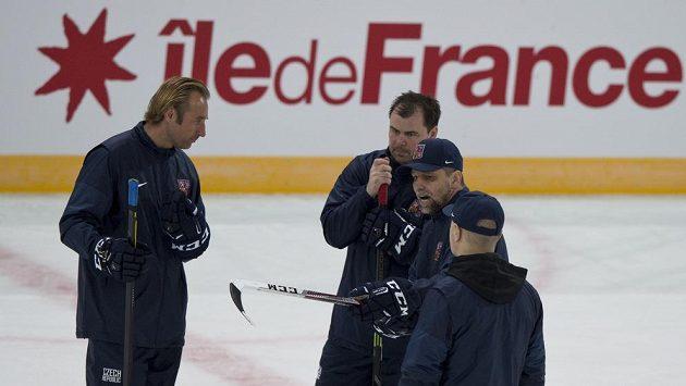 Trenér Josef Jandač (druhý zprava) hovoří se svými asistenty Václavem Prospalem, Jaroslavem Špačkem a Petrem Jarošem na tréninku v pařížské hale Bercy.
