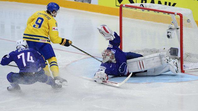 Švédský kanonýr Filip Forsberg dává gól brankáři Francie Cristobalu Huetovi..