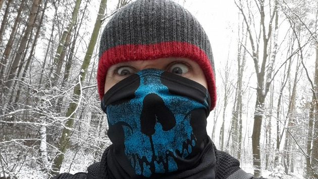 Sami uprostřed hlubokého zimního lesa... budete rádi, že máte šátek.