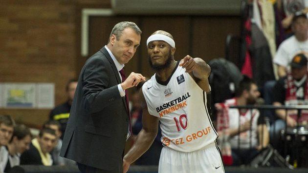 Basketbalista Nymburku Eugene Lawrence v debatě s trenérem Ronenem Ginzburgem.