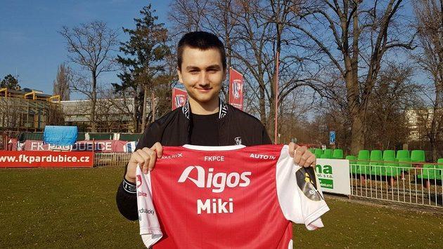 Virtuální fotbal hraje za Sampi, v e:Lize ale Miki oblékl dres Pardubic a pro východočeský klub společně se Seronem vybojovali titul.