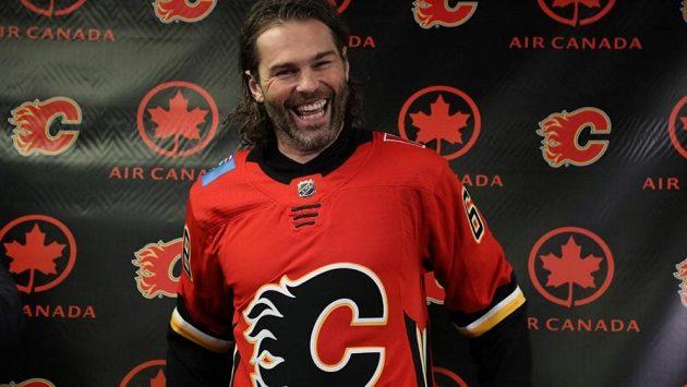 Jaromír Jágr v dresu Calgary, zatím stojí na konci řady.
