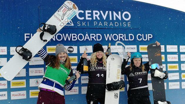 Eva Samková (vlevo) se raduje z druhého místa za Američankou Lindsey Jacobellisovou. Vpravo třetí Charlotte Bankesová.