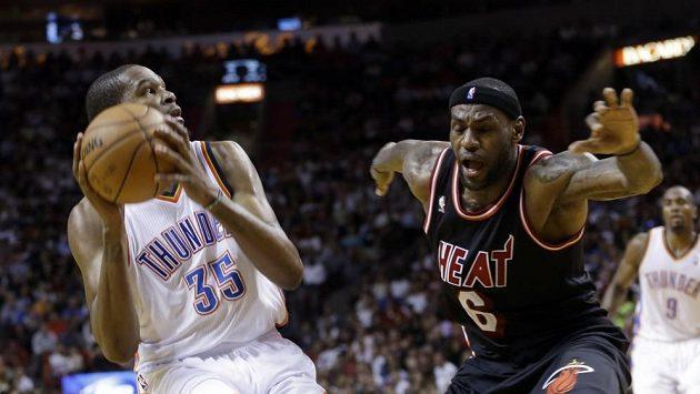 Hvězda Miami LeBron James (vpravo) se marně snaží ubránit Kevina Duranta z Oklahomy.
