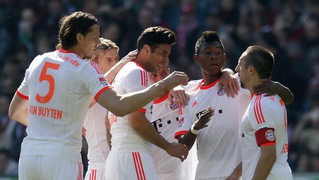 Franck Ribery (vpravo) slaví se spoluhráči z Bayernu Mnichov jeden z gólů proti Hannoveru.