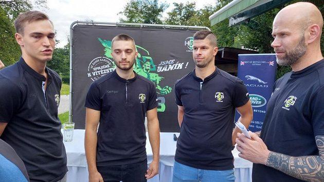 Posily Karviné (zleva) Patrik Fulnek, Denis Harabiš a Jan Sobol v debatě s trenérem Michalem Brůnou.