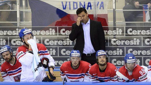 Trenér Vladimír Růžička se svými svěřenci na střídačce.