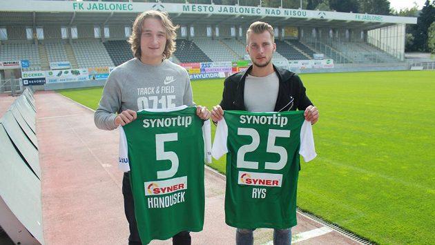 Matěj Hanousek a Petr Rys (vpravo) pózují s jabloneckým dresem.