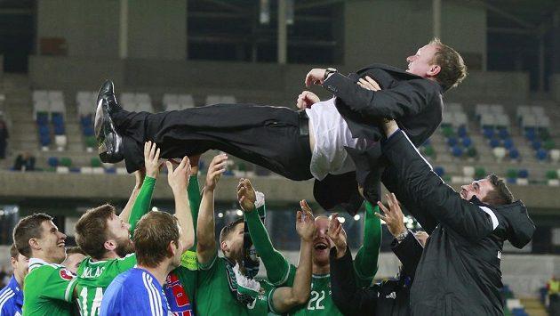 Severní Irové slaví postup na ME. Nad hlavami hráčů je trenér Michael O'Neill.
