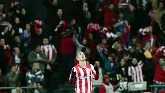 Iker Muniain z Bilbaa oslavuje svůj gól do sítě Barcelony.