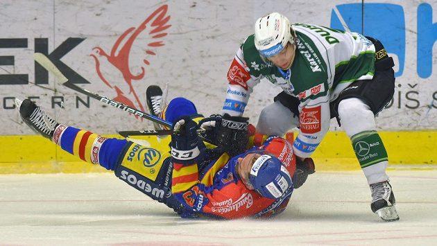 Zleva Filip Vlček z Motoru a Tomáš Dujsík z Karlových Varů v jednom ze soubojů během barážového utkání.