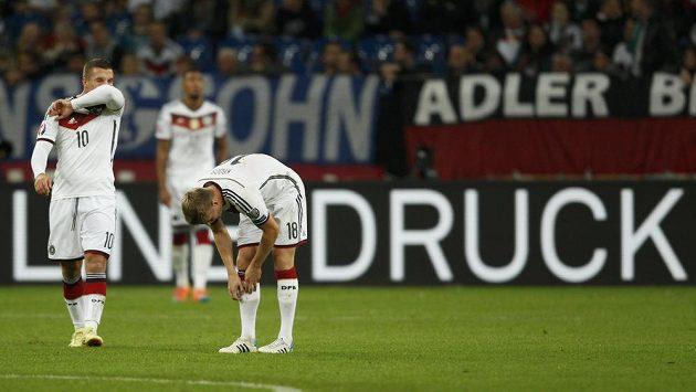 Smutní fotbalisté Německa Lukas Podolski and Toni Kroos (vpravo) po vyrovnávací brance Irska.