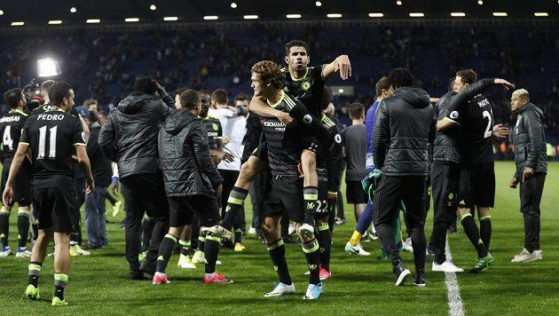 Oslavy propukly hned na trávníku. Diego Costa si naskočil na záda Mikela Alonsa.
