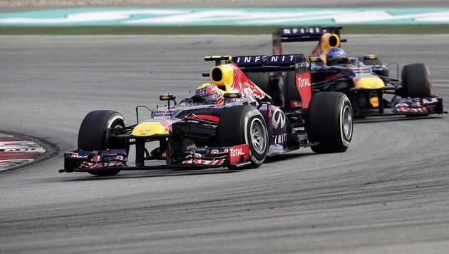 Sebastian Vettel v souboji se svým stájovým kolegou z Red Bullu Markem Webberem.