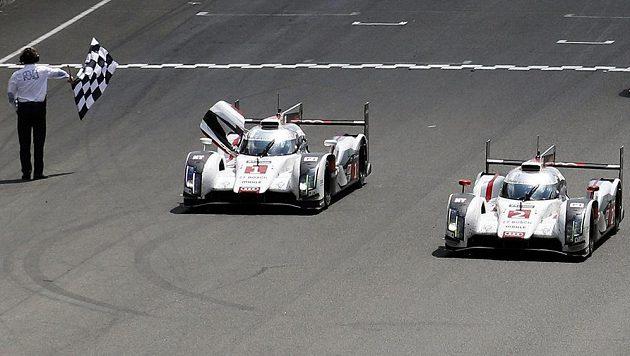 Benoit Treluyer protíná s prototypem Audi R18 e-tron quattro (číslo 2) cíl závodu 24h Le Mans. Vlevo druhé audi pilotované Tomem Kristensenem, který si dojel pro druhé místo.