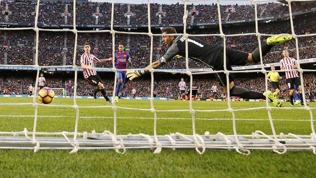 Brankář Bilbaa Gorka Iraizoz inkasuje třetí gól v zápase proti Barceloně.