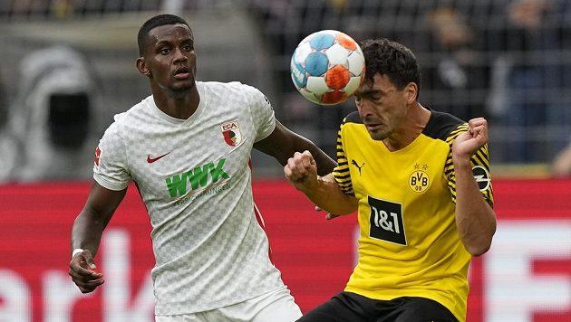Sergio Cordova (vlevo) z Augsburgu a Mats Hummels z Dortmundu.