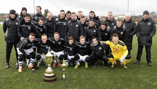 Fotbalisté Hradce králové s trofejí pro vítěze zimní Tipsport ligy.