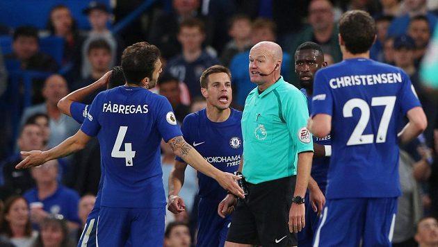 Hráči Chelsea a sudí Lee Mason při utkání s Huddersfieldem.