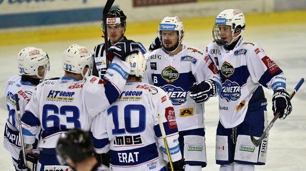 Hokejisté Komety se radují z gólu proti Zlínu.